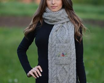 Echarpe en laine, Echarpe gris foncé, Echarpe avec fleur, Echarpe Femme,  Écharpe hiver, Écharpe tricot, Écharpe fait main, cadeau pour elle a953c75c7e0