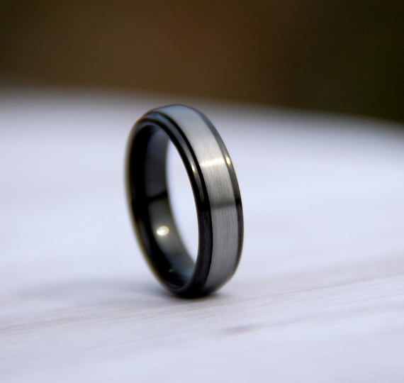 Wedding Bands Classic Bands Flat Bands w//Edge Titanium Beveled Edge Black IP-plated 8mm Brushed Center Band Size 7.5