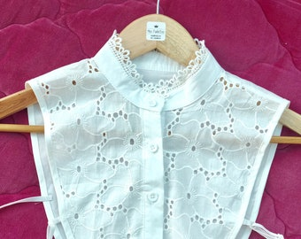 Large Claudine collar in white cotton cape shape edge decorated with white lace