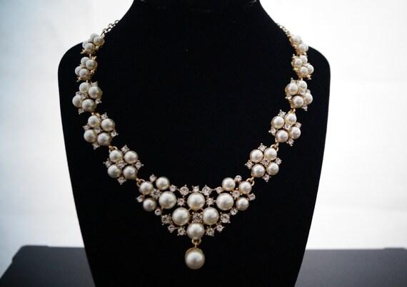 Halskette mit Perlen und Strass