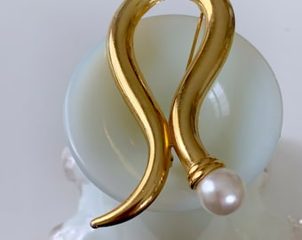 gold and pearl swoop brooch