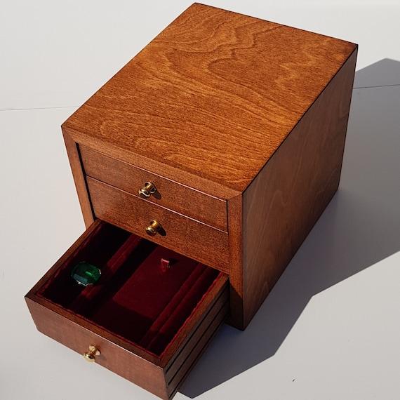 CAP3. Portagioie a cassetti. Può contenere collane orecchini anelli orologi, tutte le tipologie di gioielli. Piccolo ma con grande capacità.