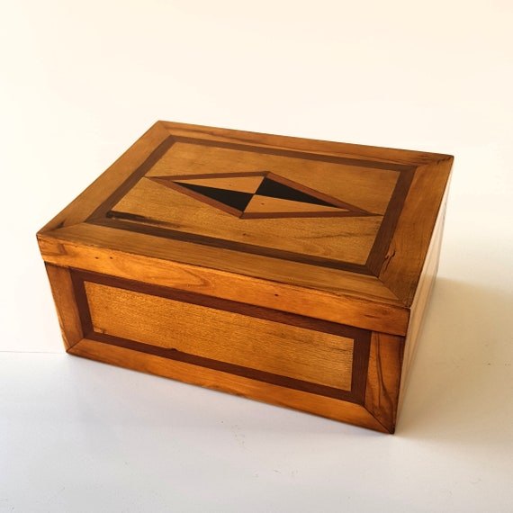 Box of young people. Wood used: Black ebony, mahogany, olive tree, laurel. Ring tray, bracelets, necklaces. Jewerly box, watch box