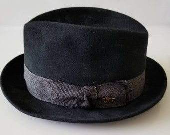 bf5580d38f8e0 A hat collector must have. Beautiful black felt fedora Dobbs Airweight Hunt  club from historic Labiches New Orleans early 1960s.