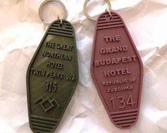 Motel-style keychain inspired in movie hotels.