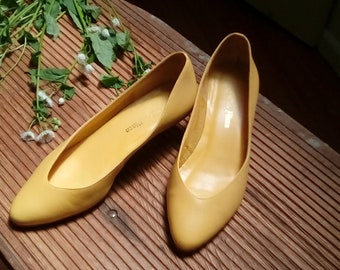 57d8eeb65 Vintage women s yellow genuine Brazilian leather kitten heels pumps pointed  toe Minnie Mouse costume size 6.5 1980s