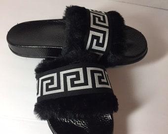 872fa00bfb2 Versace inspiré Fab fausse fourrure sandales diapositives Versace  diapositives sandales Style grec noir   argent diapositives cadeaux femmes  pour cadeau de ...