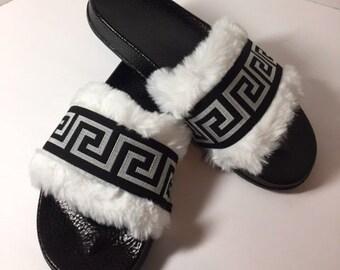 Versace inspiré Fab fausse fourrure sandales diapositives Versace  diapositives sandales Style grec blanc noir   argent cadeaux diapositives  femmes pour la ... 349aaf2d7b9
