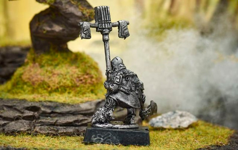 Dwarf with axe and banner Fantasy Metal Miniatures Toy tin soldier Dnd Dungeons and dragons Pathfinder RPG UNPAINTED Tabletop Miniatures