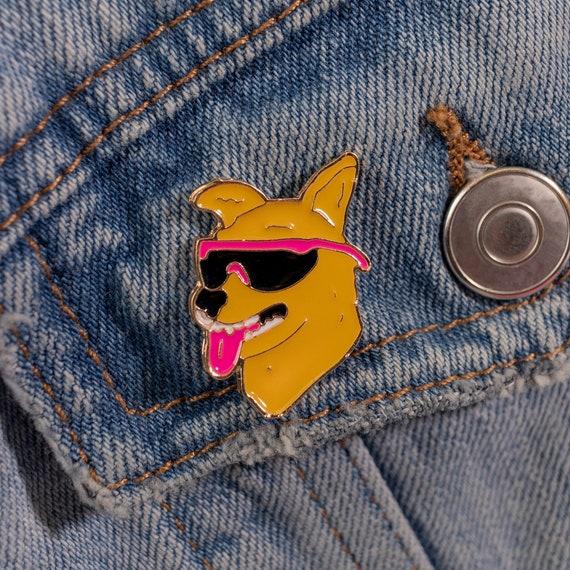 Dog Pin Badge Metal /& Enamel Pets Pooch Dog Cute Gift 'Dog Mom' Lapel Brooch