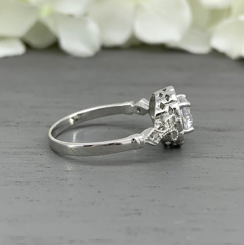 Round Vintage Silver Art Deco Simulated Diamond Engagement Ring Women/'s Sterling Silver halo Wedding Ring