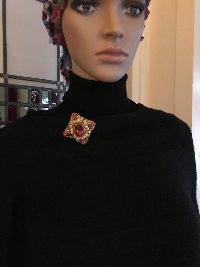 Old European Filigree Brooch Pink Faceted Stone /& Rhinestones Faux Pearl Gold Tone Metal Vintage 1950s