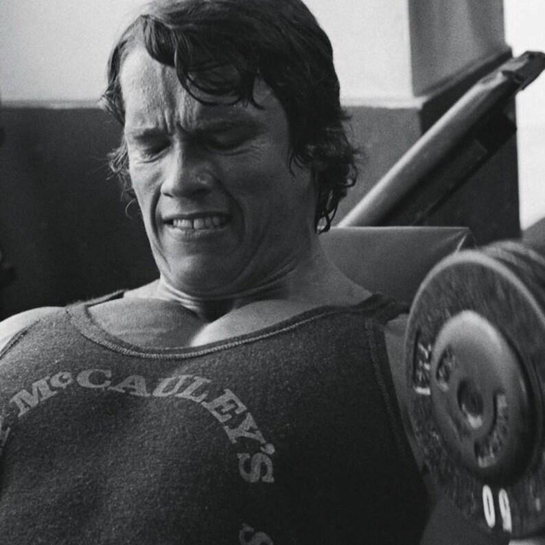 Arnold Schwarzenegger Training In Gold/'s Gym Wall Art Home Decor Gicl\u00e9e Photo Portrait Celebrity Poster Print Canvas Art Print