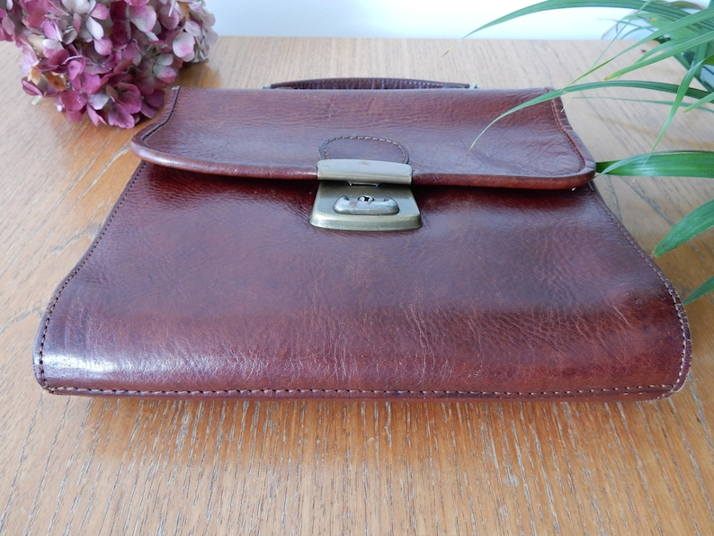 nice dungeon Small vintage briefcase in brown leather and brass clasp handbag. bag