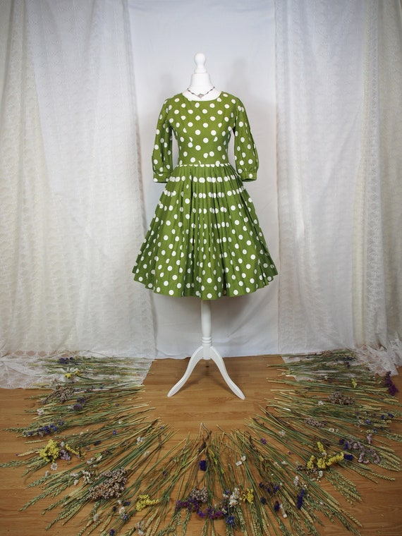 Beautiful 1950s green and white polka dot fit and
