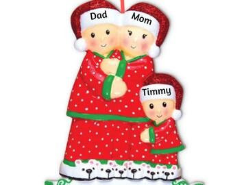 e42055b50605f Famille de 3-pyjama famille de 3 porter des pantoufles personnalisé  ornement de Noël-PJ famille de trois à la main personnalisé ornement de Noël