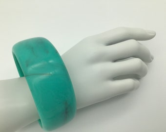 Vintage 70's Lucite Bangle. Turquoise Bangle. Woman's Lucite Bangle. Summer Jewelry. M&L size LuciteBangle. Vintage Bracelet.Her Anniversary