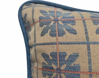 Piped woven cushion