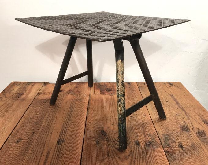 kleiner Tisch aus Stahl Unikat Riffelblech