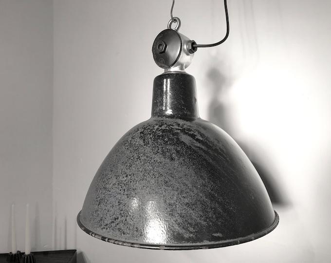 original Fabriklampe mit Patina und Aluverteiler