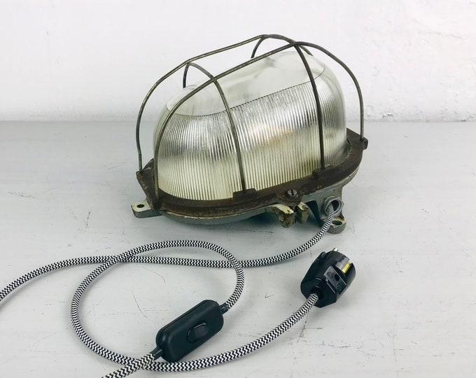 große schräge Wandlampe gusseisern