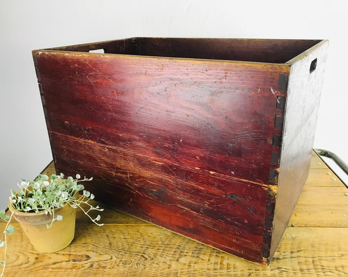 große bordeaux rote Holzkiste
