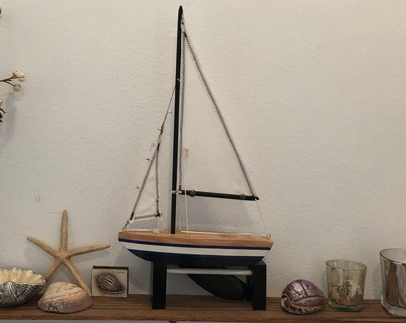 8.5 Inch Model Boat: Pointed Bow, Complementary Stand, 2 Hemmed Sails, Black