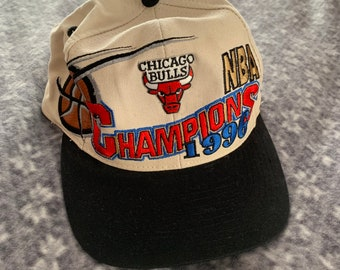 ac1da312151 Chicago Bulls Hat 1996 NBA Champions Mid 90s Vintage Logo Athletics  Official Product Adult One Size Cream Snapback Black Beak Embroidered