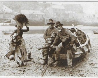 FISHER FOLK of WHITBY, Yorkshire - Unused Vintage Postcard by The Sutliffe Gallery Whitby - Photo by Frank Meadow Sutcliffe
