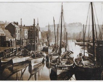 HERRING SEASON, WHITBY - Unused Vintage Postcard by The Sutliffe Gallery Whitby - Photo by Frank Meadow Sutcliffe