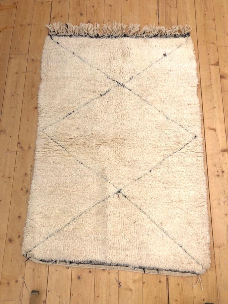Tapis Beni Ouarain Noir tapis berbère marocain beni ouarain écru à losanges noirs tissés dans la  trame 1,56x1,08m