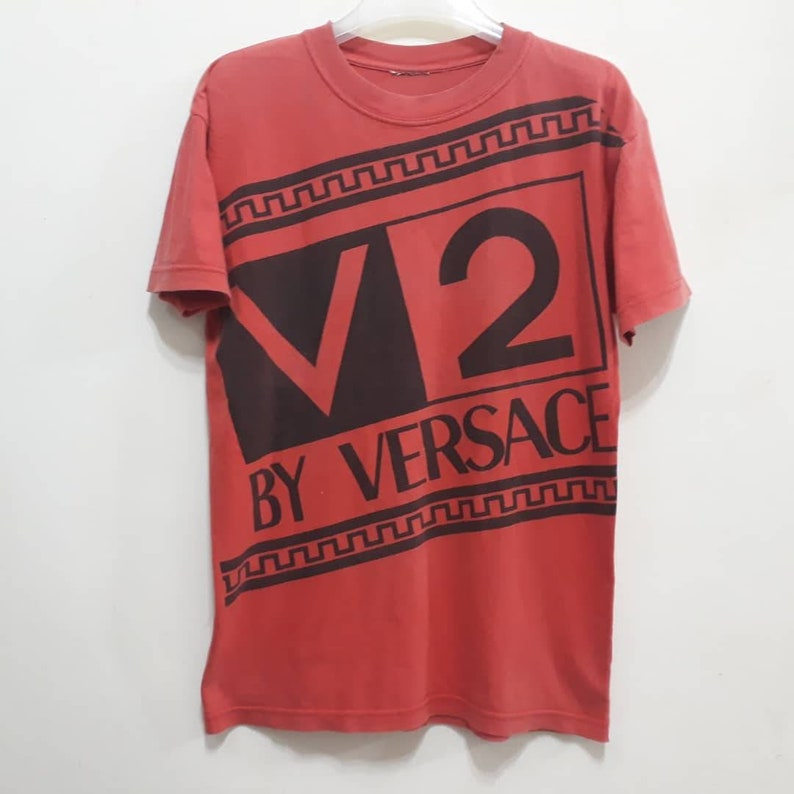 V2 BY VERSACE T-Shirt Spellout Made in Italy Tops Italian Brands Designer Fashion Gianni Classics Tops Tee Authentic Sz M