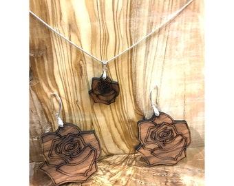 7ad85e776d2 Conjunto Colgante y Pendientes Rosa - Madera de Olivo con Plata