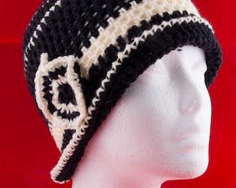 Cappellino donna retrò in lana nero e beige con decorazione geometrica  realizzato ad uncinetto (Pezzo unico) 2c9123be54a9