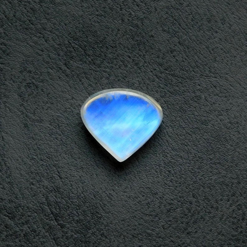 Very Beautiful Awesome Blue flashy,100/%Natural AAA+++Rainbow Moonstone Cabochon Gemstone,Heart Shape,Size17x15x7MM Weight13Cts Pendant stone