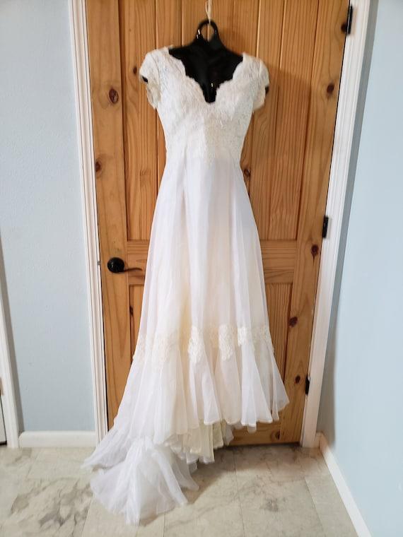 1970's Wedding Dress Fits a petite, includes Julie