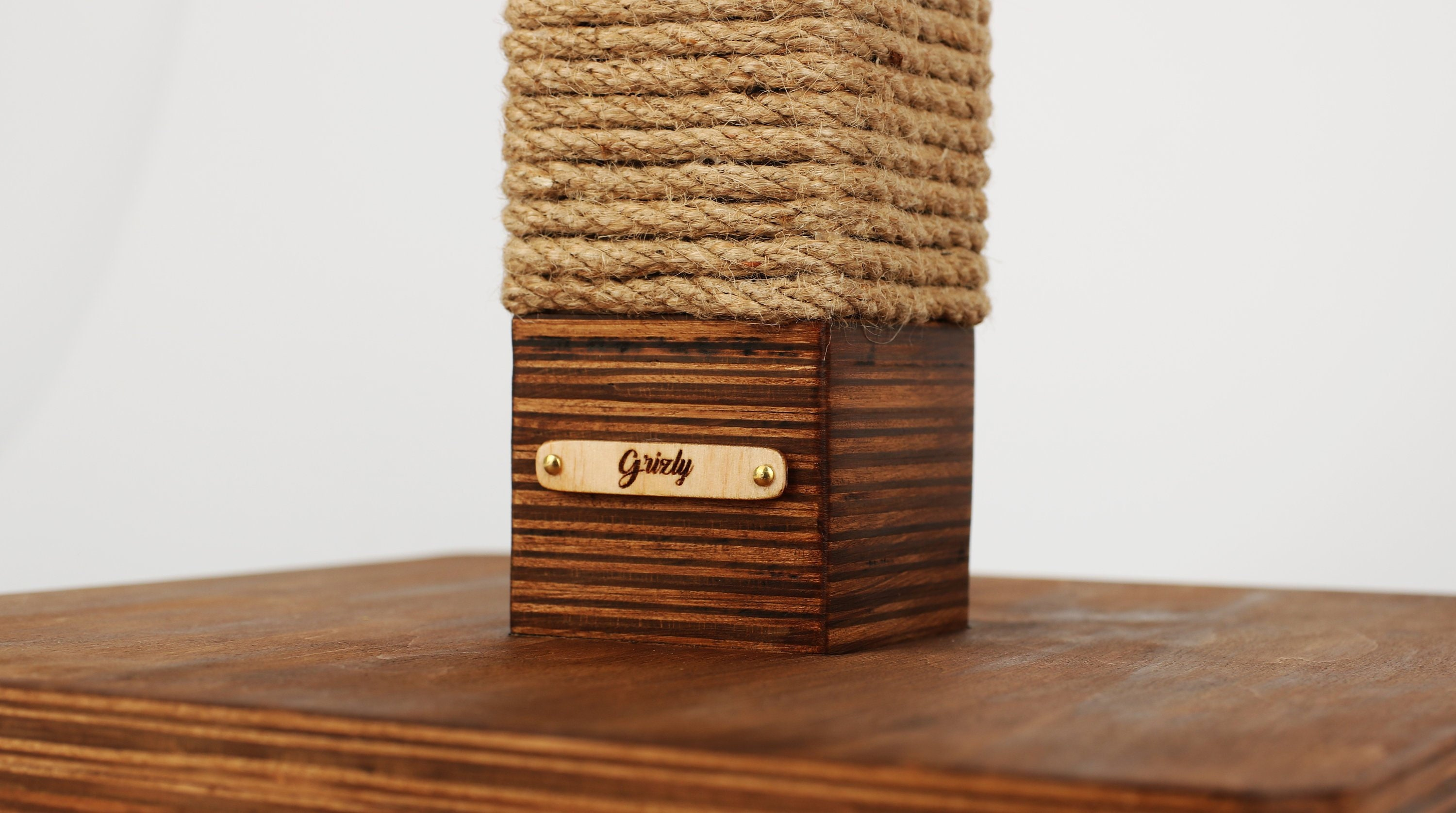 Luxury Personalized Cat Scratcher Personalized Wooden Cat Scratching Post Cat Toy Personalized Different Colors Of Wood 20 Metrs Of Rope