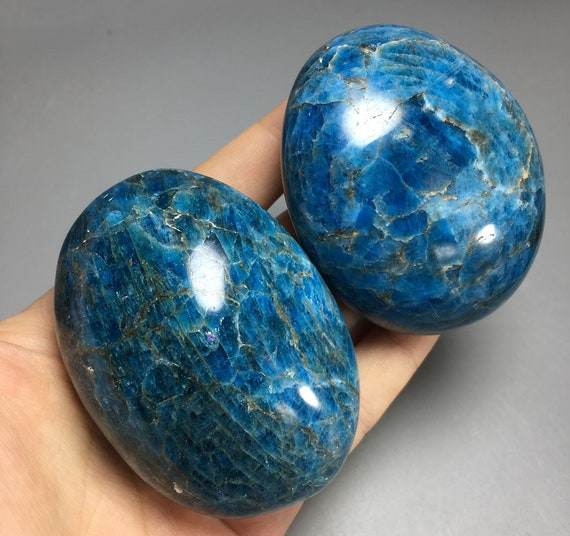 Large apatite palm stone