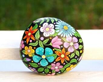 Hand-painted pebble - Gratitude pebble - Black flowery background galet