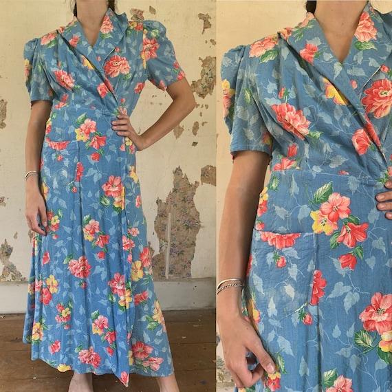1940s Blue Seersucker Hibiscus Floral Dressing Gow