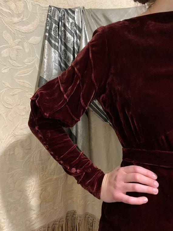 1930s Merlot Burgundy Silk Velvet Gigot Sleeve Ti… - image 4