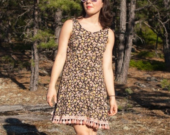 Floral Print Dress With Flower Embellishment At Neckline By Chorus Line\\ Size 24 \\ See Measurements \\ Made In The USA