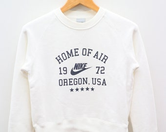 72161035 Vintage NIKE Home Of Air 1972 Oregon, USA Big Spell Big Logo Sportswear  White Pullover Sweater Sweatshirt Size S