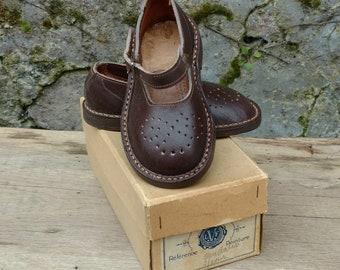 11f70eb7a4262 chaussures bébé enfant chaussons cuir brune pointure 21 vintage FR année 50  rétro français ancienne neuf