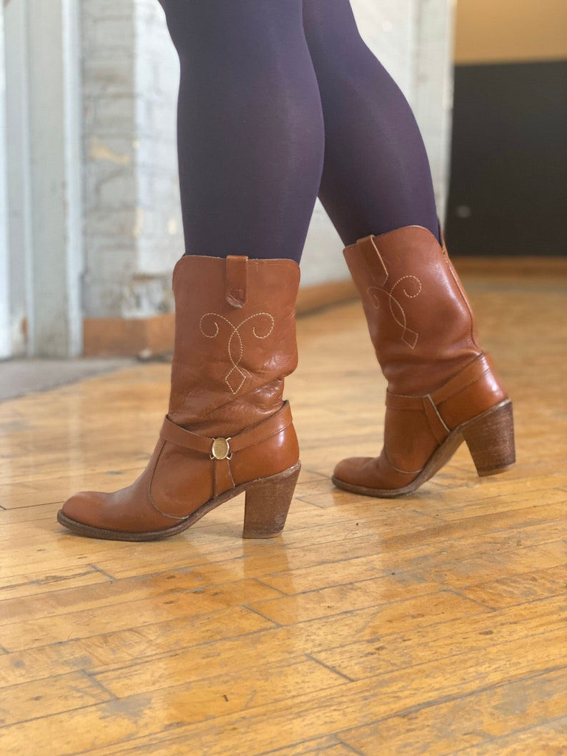 Vintage high heel Honey tan leather stitched western boots femme sz 7 with brass bridle detail
