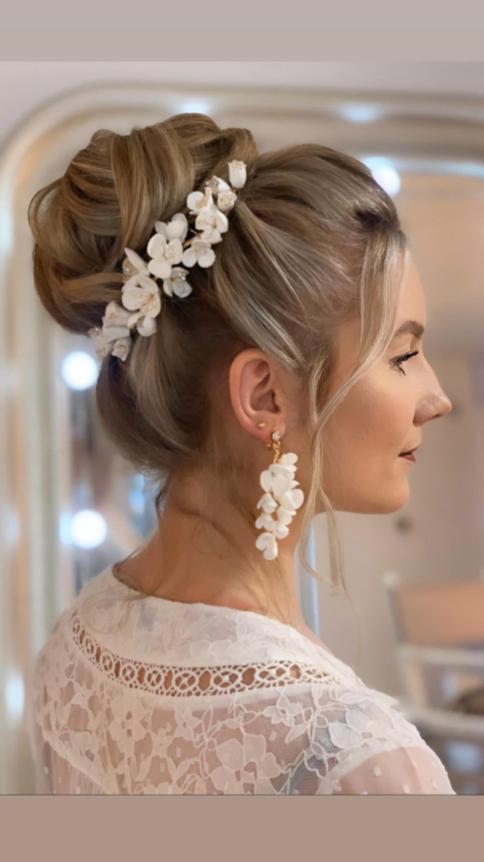 Haarschmuck aus Porzellanblumen