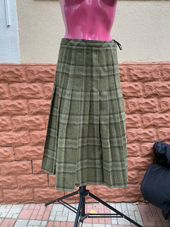Skirt: pure wool midi vintage Skirt, made in Austr
