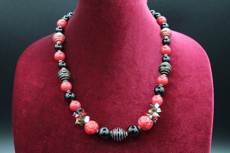 Multicolor single strand necklace Onyx and Coral gemstones.