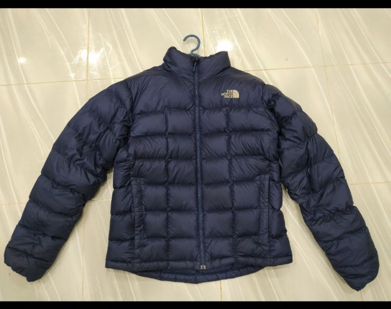 373670dea The North Face Nutpse 800 Hommes Moyens Summit Series Puffer Jacket  Embroidery Logo SpellOut Dark Blue Colour Style Cold Protection