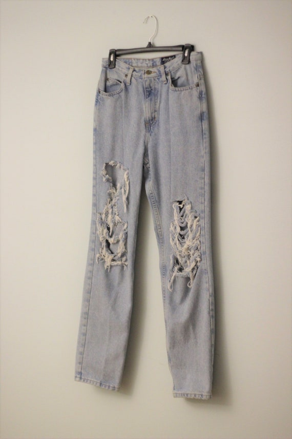Distressed ripped 90s high waisted mom jeans boyfr